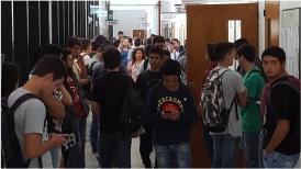 Imagen pasillo de la facultad con varios alumnos parados