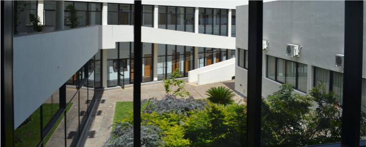 Fotografía patio de la facultad tomada desde el segundo piso