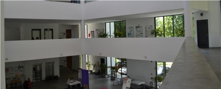 imagen hall facultad tomada desde el segundo piso
