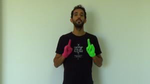 Imagen de una persona con dos guantes puestos haciendo una seña